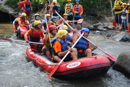 OUTBOUND SERU DI KASEMBON RAFTING MALANG